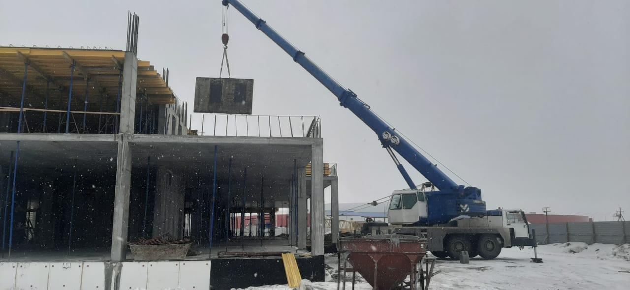 Фото работы автокрана при строительстве гостиницы