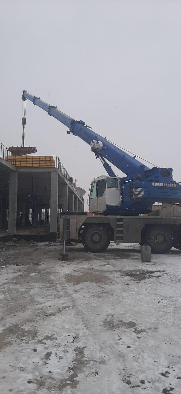 Фото постройки гостиницы с помощью автокрана 50 тонн