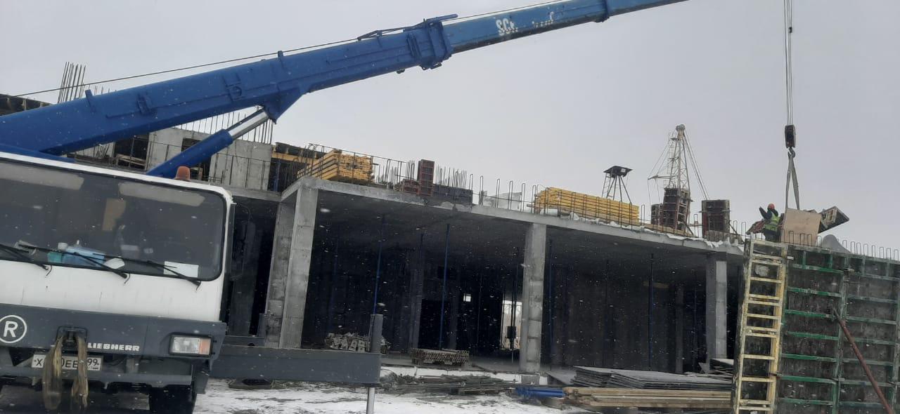 Фото автокрана liebherr в строительных работах