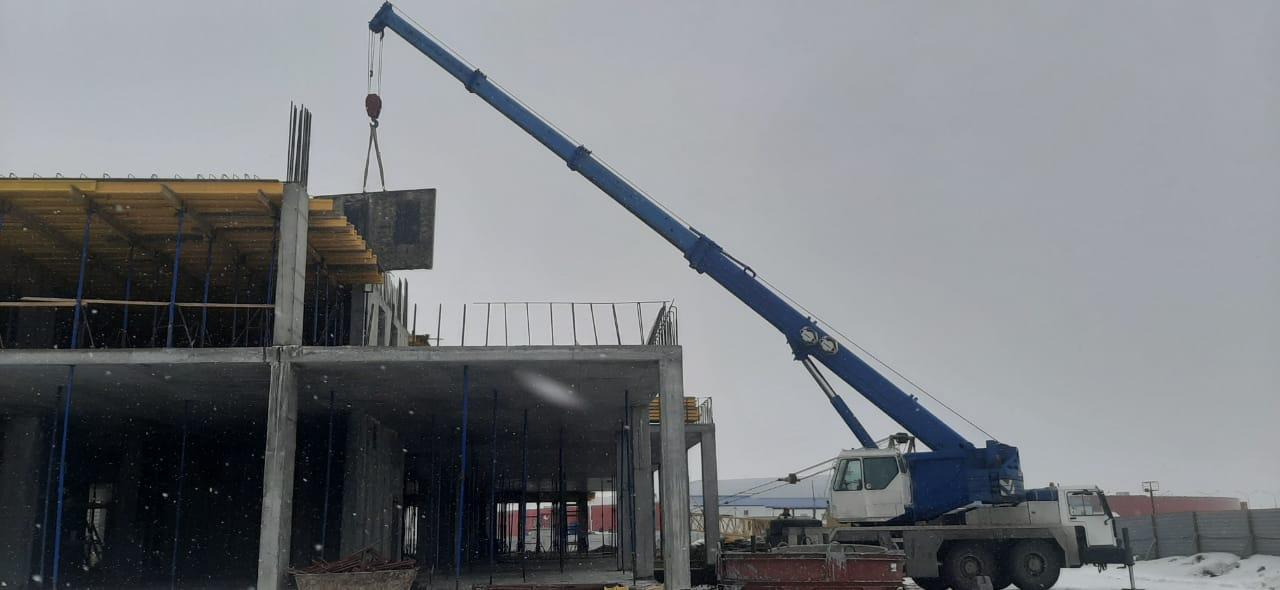 Фото установки стеновых панелей автокраном