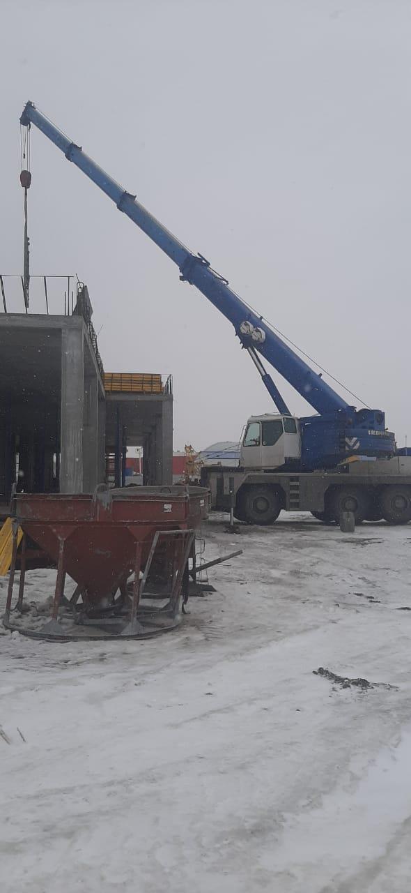 Фото процесса строительных работ с помощью автокрана liebherr