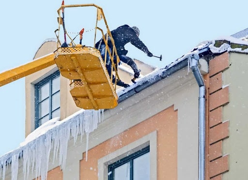 Фото удаления наледи с крыши с автовышки