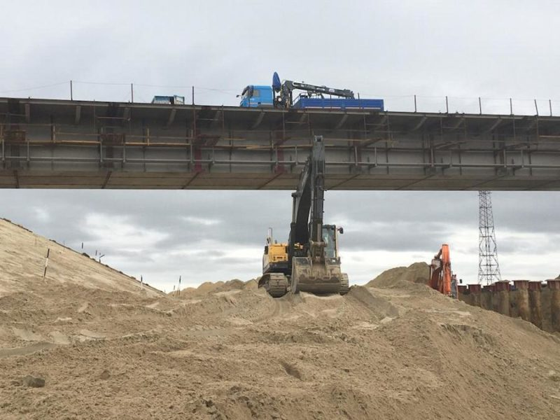 Фото процесса использования маниуплятора в строительстве моста